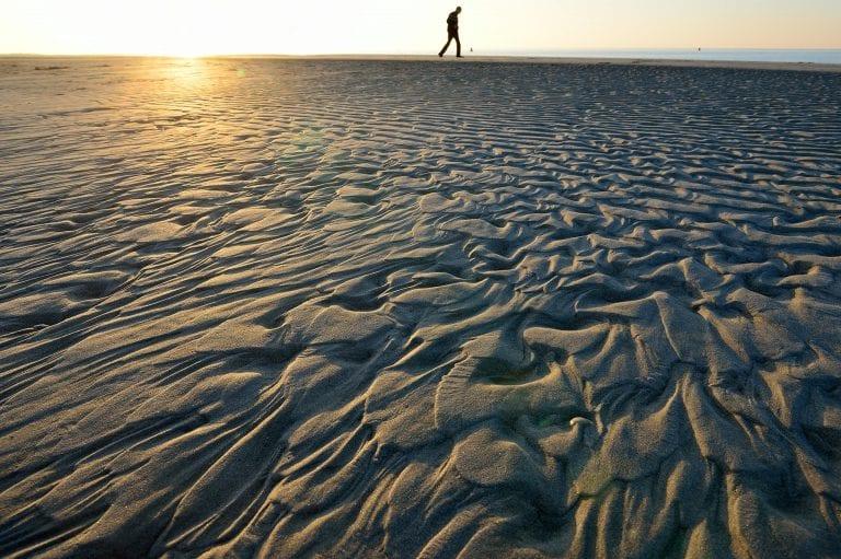 Een fraai zandpatroon op het strand van de Kwade Hoek, bij zonsondergang